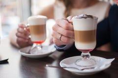 Φλυτζάνι εκμετάλλευσης ανδρών και γυναικών του latte Στοκ Φωτογραφίες