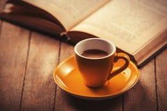 Φλυτζάνι ενός καφέ και ενός βιβλίου. Στοκ Φωτογραφία