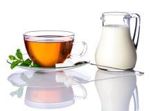 Φλυτζάνι και γάλα τσαγιού που απομονώνονται στο λευκό Στοκ Φωτογραφίες