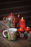 Φλυτζάνι και διακοσμήσεις Χριστουγέννων στον ξύλινο πίνακα Στοκ Φωτογραφία