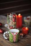 Φλυτζάνι και διακοσμήσεις Χριστουγέννων στον ξύλινο πίνακα Στοκ εικόνες με δικαίωμα ελεύθερης χρήσης