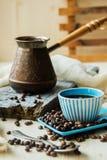 Φλυτζάνι και μέταλλο Τούρκος καφέ burlap στο υπόβαθρο Στοκ Φωτογραφία