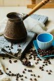 Φλυτζάνι και μέταλλο Τούρκος καφέ burlap στο υπόβαθρο Στοκ εικόνα με δικαίωμα ελεύθερης χρήσης