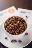 Φλυτζάνι και πιατάκι καφέ σε έναν σκοτεινό ξύλινο πίνακα στοκ φωτογραφίες
