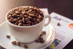 Φλυτζάνι και πιατάκι καφέ σε έναν σκοτεινό ξύλινο πίνακα στοκ φωτογραφία με δικαίωμα ελεύθερης χρήσης