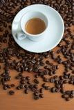 Φλυτζάνι και πιατάκι καφέ σε έναν ξύλινο πίνακα Στοκ εικόνες με δικαίωμα ελεύθερης χρήσης
