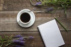 Φλυτζάνι και σημειωματάριο καφέ Στοκ Φωτογραφίες