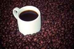 Φλυτζάνι και φασόλια καφέ Στοκ εικόνες με δικαίωμα ελεύθερης χρήσης