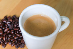 Φλυτζάνι και φασόλια καφέ Στοκ φωτογραφία με δικαίωμα ελεύθερης χρήσης