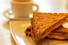 Φλυτζάνι και φρυγανιά καφέ με το τυρί Στοκ Φωτογραφίες