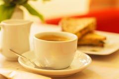 Φλυτζάνι και φρυγανιά καφέ με το τυρί Στοκ Φωτογραφία