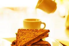 Φλυτζάνι και φρυγανιά καφέ με το τυρί Στοκ εικόνα με δικαίωμα ελεύθερης χρήσης