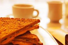 Φλυτζάνι και φρυγανιά καφέ με το τυρί Στοκ φωτογραφία με δικαίωμα ελεύθερης χρήσης