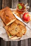 Φλυτζάνι καρυδιών της Apple cakeand του τσαγιού Στοκ Εικόνες