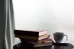 φλυτζάνι καφέ βιβλίων Στοκ Εικόνα
