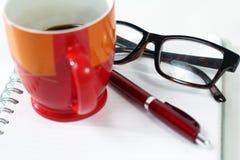 Φλυτζάνι καφέ γυαλιών σημειωματάριων Στοκ Εικόνα