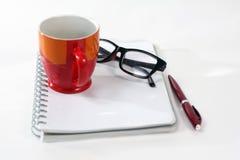 Φλυτζάνι καφέ γυαλιών σημειωματάριων Στοκ φωτογραφία με δικαίωμα ελεύθερης χρήσης
