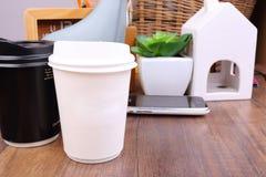 Φλυτζάνι καφέ εγγράφου με τις προμήθειες γραφείων στο γραφείο Στοκ Φωτογραφίες