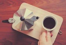 Φλυτζάνι καφέ εκμετάλλευσης χεριών και δοχείο moka στοκ φωτογραφία με δικαίωμα ελεύθερης χρήσης