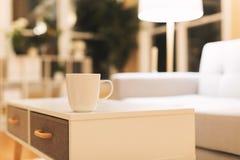 Φλυτζάνι καφέ και γκρίζο midcentury loveseat Στοκ φωτογραφίες με δικαίωμα ελεύθερης χρήσης