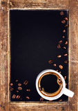 Φλυτζάνι καφέ και εκλεκτής ποιότητας κινηματογράφηση σε πρώτο πλάνο πινάκων κιμωλίας πλακών. Πνεύμα φλυτζανιών καφέ Στοκ φωτογραφία με δικαίωμα ελεύθερης χρήσης
