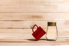 Φλυτζάνι καφέ και επίδειξη μπουκαλιών στο ξύλινο υπόβαθρο Στοκ εικόνες με δικαίωμα ελεύθερης χρήσης
