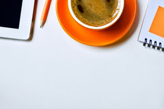 Φλυτζάνι καφέ και μάνδρα σημειωματάριων lap-top στοκ φωτογραφία