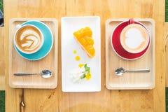 Φλυτζάνι καφέ και νόστιμο κέικ στο κατάστημα coffe, φλυτζάνι καρδιών καφέ Στοκ φωτογραφίες με δικαίωμα ελεύθερης χρήσης