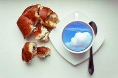 Φλυτζάνι καφέ και ρόλος ψωμιού Στοκ φωτογραφία με δικαίωμα ελεύθερης χρήσης