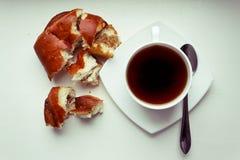 Φλυτζάνι καφέ και ρόλος ψωμιού Στοκ Εικόνες