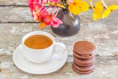 Φλυτζάνι καφέ και σάλτσα σοκολάτας στοκ φωτογραφία με δικαίωμα ελεύθερης χρήσης