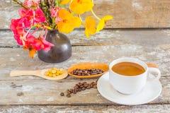 Φλυτζάνι καφέ και σάλτσα σοκολάτας στοκ εικόνα