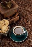 Φλυτζάνι καφέ και σιτάρια καφέ Στοκ εικόνες με δικαίωμα ελεύθερης χρήσης