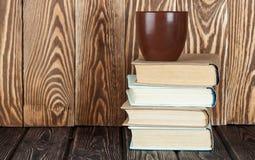 Φλυτζάνι καφέ και σωρός των βιβλίων Στοκ Εικόνες
