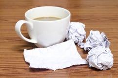 Φλυτζάνι καφέ και τσαλακωμένος στοκ εικόνα με δικαίωμα ελεύθερης χρήσης