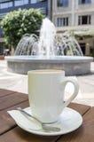 Φλυτζάνι καφέ και υπόβαθρο πηγών Στοκ φωτογραφία με δικαίωμα ελεύθερης χρήσης