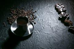 Φλυτζάνι καφέ και φασόλια καφέ στον ξύλινο πίνακα με τα μπισκότα και τη σοκολάτα Στοκ Εικόνες
