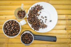 Φλυτζάνι καφέ και φασόλια καφέ στο υπόβαθρο μπαμπού Στοκ φωτογραφία με δικαίωμα ελεύθερης χρήσης