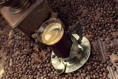 Φλυτζάνι καφέ και φασόλια, παλαιός μύλος καφέ Στοκ Φωτογραφίες