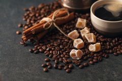 Φλυτζάνι καφέ και φασόλια, παλαιός μύλος καφέ Στοκ Εικόνες