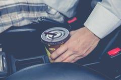 Φλυτζάνι καφέ μέσα στο αυτοκίνητο στοκ φωτογραφίες με δικαίωμα ελεύθερης χρήσης