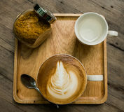 Φλυτζάνι καφέ με τα καφετιά σάκχαρα και το νερό Στοκ Εικόνες