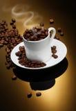 Φλυτζάνι καφέ με τα φασόλια καφέ Στοκ Εικόνα