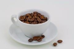 Φλυτζάνι καφέ με τα φασόλια καφέ Στοκ φωτογραφία με δικαίωμα ελεύθερης χρήσης