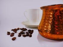 Φλυτζάνι καφέ με τα φασόλια καφέ Στοκ εικόνα με δικαίωμα ελεύθερης χρήσης