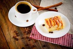 Φλυτζάνι καφέ με την πίτα της Apple στο ξύλινο υπόβαθρο Στοκ Φωτογραφία