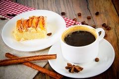 Φλυτζάνι καφέ με την πίτα της Apple στο ξύλινο υπόβαθρο Στοκ φωτογραφία με δικαίωμα ελεύθερης χρήσης