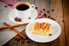 Φλυτζάνι καφέ με την πίτα της Apple στο ξύλινο υπόβαθρο Στοκ Εικόνες