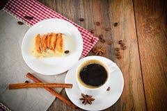 Φλυτζάνι καφέ με την πίτα της Apple στο ξύλο Στοκ φωτογραφία με δικαίωμα ελεύθερης χρήσης