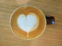 Φλυτζάνι καφέ με την τέχνη μορφής καρδιών latte Στοκ Φωτογραφία